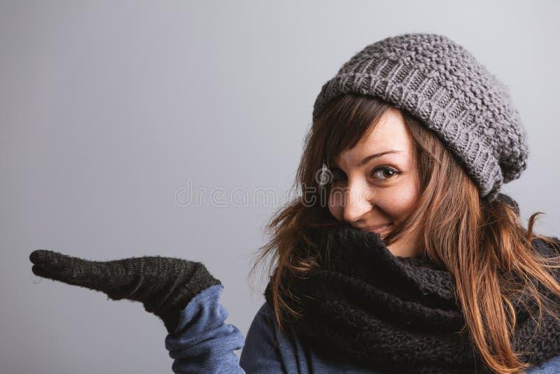 Шаловливая молодая женщина держа вне ее пустую ладонь стоковые изображения rf