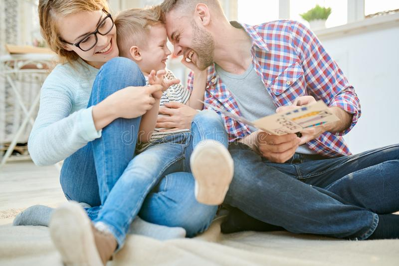 Шаловливая молодая семья стоковая фотография rf