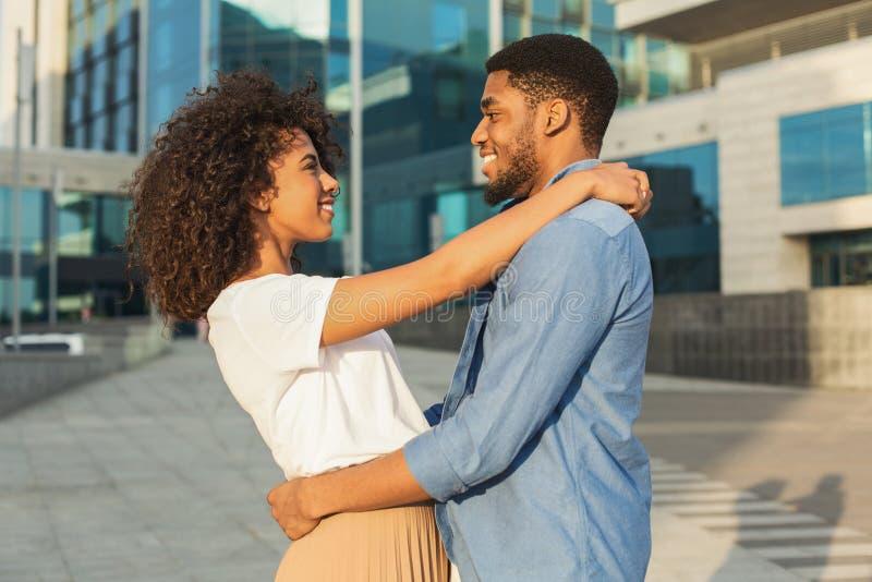 Шаловливые пары наслаждаясь датой и обнимая в городе стоковые фотографии rf