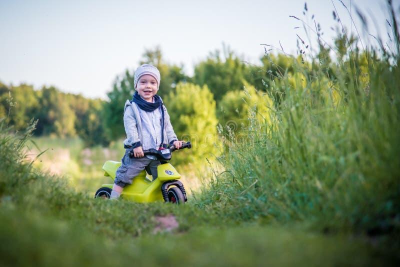 шаловливый мальчик малыша в природе стоковое изображение