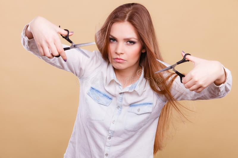 Шальная девушка с ножницами Парикмахер в действии стоковое фото rf