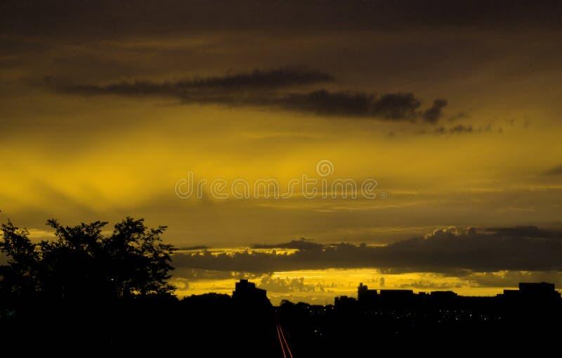 шальной заход солнца стоковые изображения