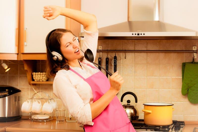 Шальной кашевар домохозяйки в кухне стоковые изображения