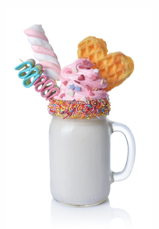 Шальной молочный коктейль с розовой взбитой сливк, зефиром, waffle и покрашенной конфетой в стеклянном опарнике стоковые изображения