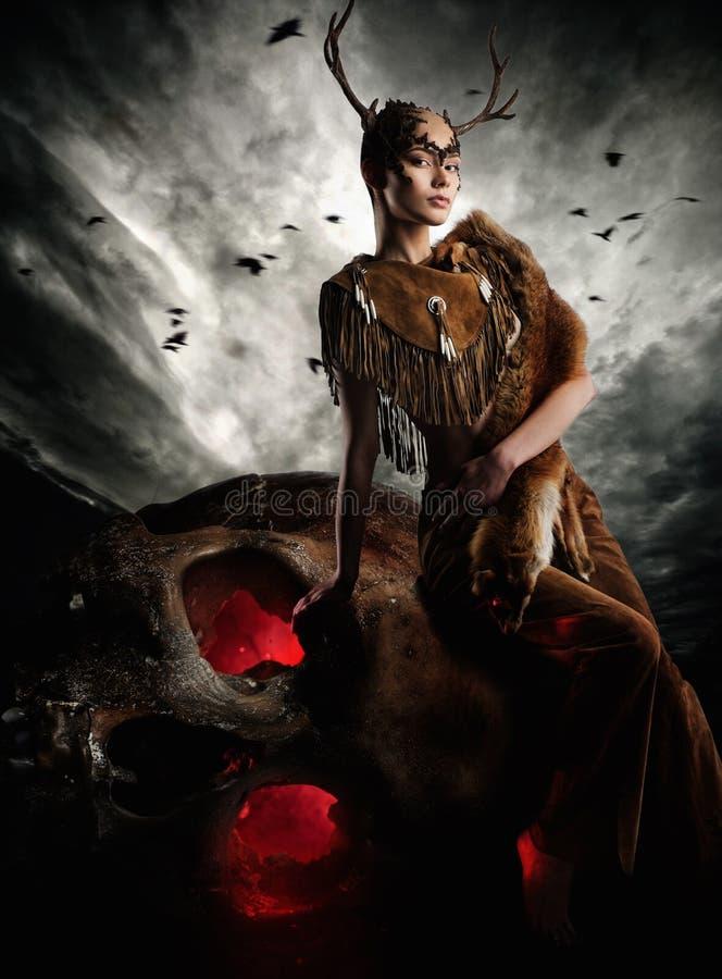 Шаман женщины в ритуальной одежде стоковое изображение rf
