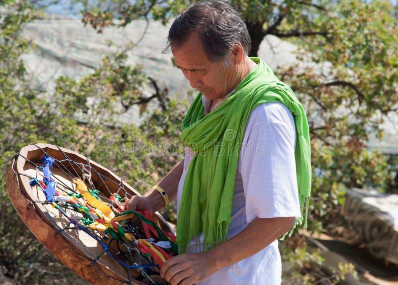 Шаман с тамбурин проводит ритуал на пляже Произношение по буквам d стоковые фотографии rf