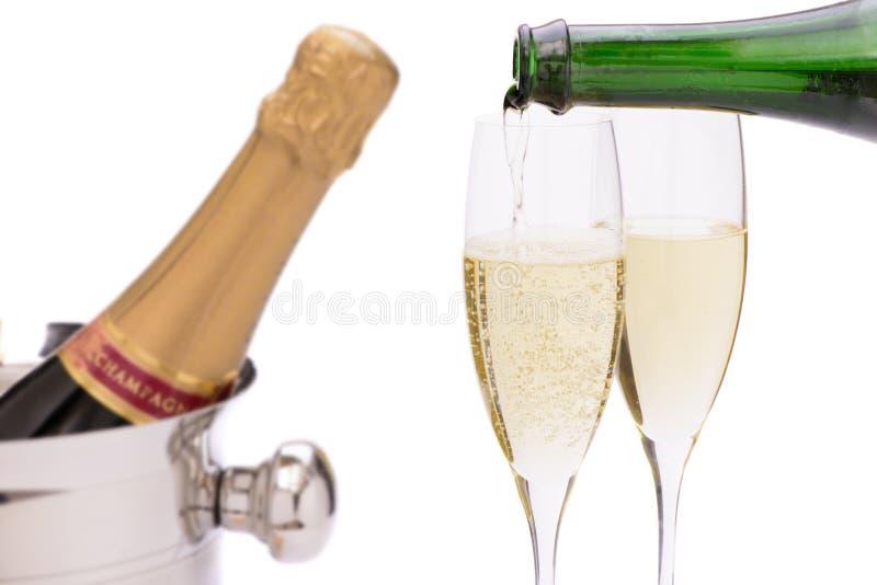 Шампанское бутылки в охладителе льда стоковые изображения rf