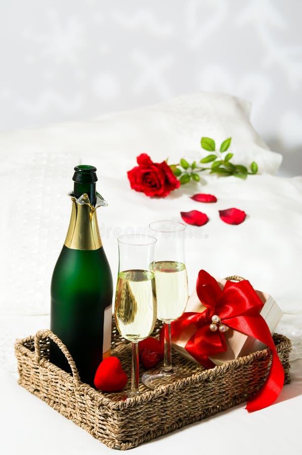 шампанское завтрака кровати стоковое фото