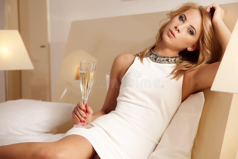Шампанское молодой красивой дамы выпивая стоковая фотография rf