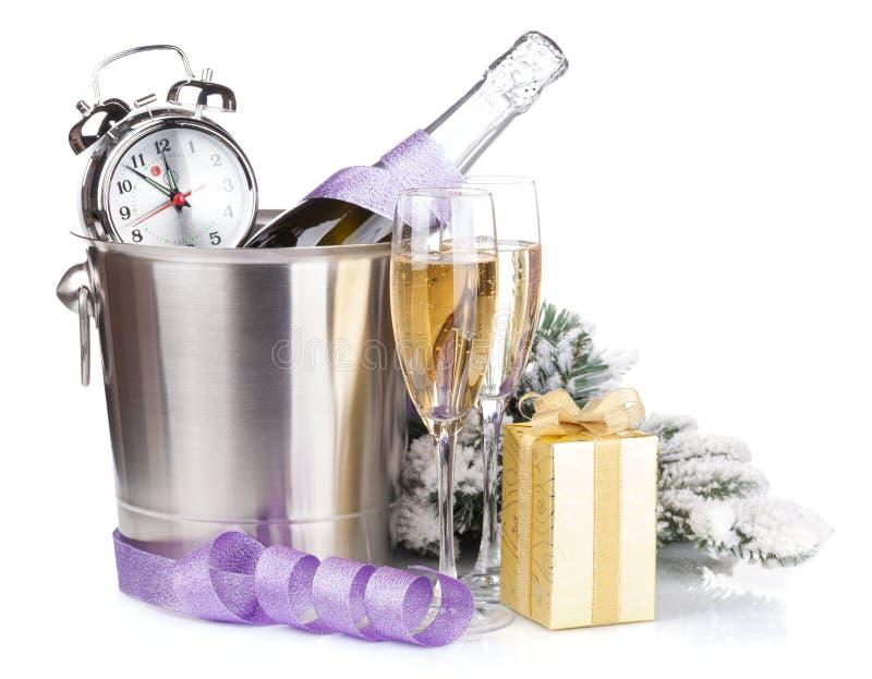 Шампанское рождества с будильником в ведре и подарочной коробке стоковое изображение rf