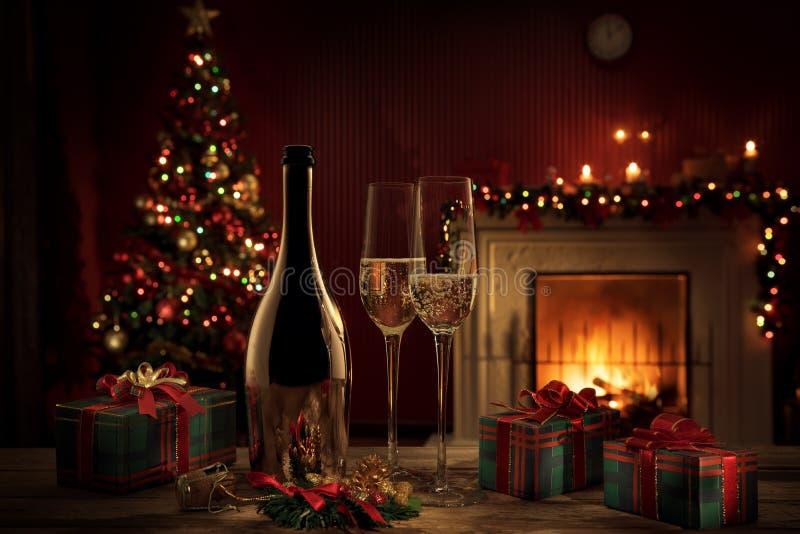 Шампанское с подарками на цветной спине стоковая фотография rf
