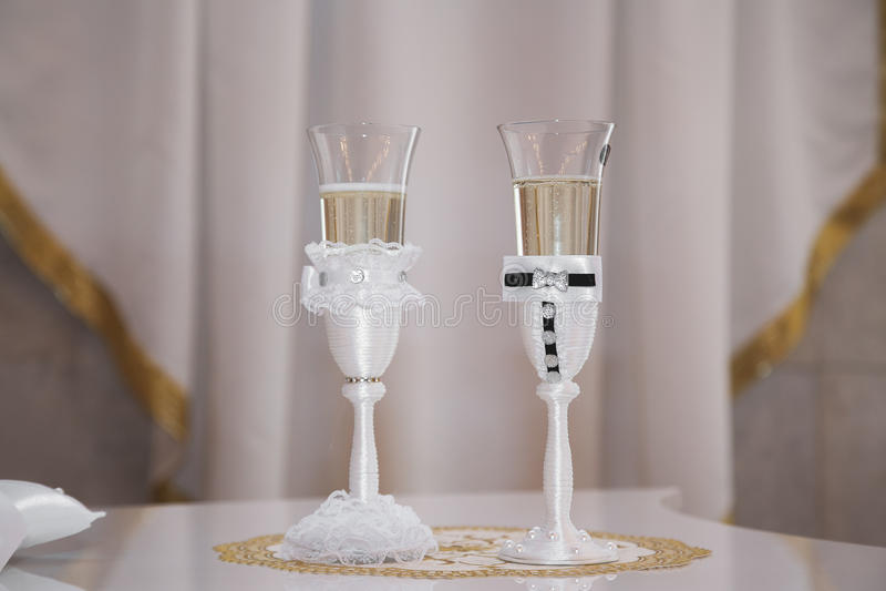 шампанское украсило декоративные стекла цветка wedding стоковые фотографии rf
