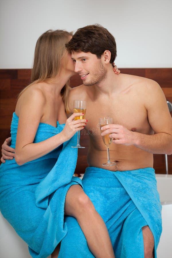 Шампань говоря в ванной комнате стоковые фотографии rf