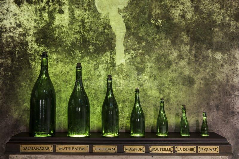 Шампань разливает размер по бутылкам стоковые изображения