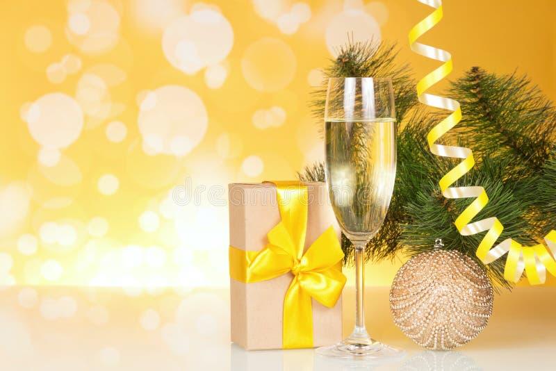 Шампань с подарком и рождественской елкой стоковое фото rf