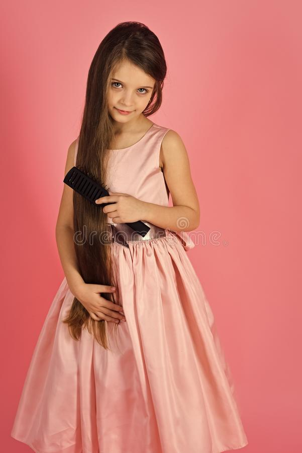 Шампунь младенца Модный представлять девушки Волосы щетки ребенка девушки в модном платье на пинке стоковые изображения rf