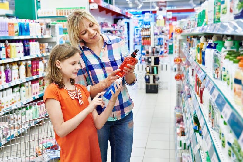 Шампунь покупок матери и дочери стоковое изображение rf