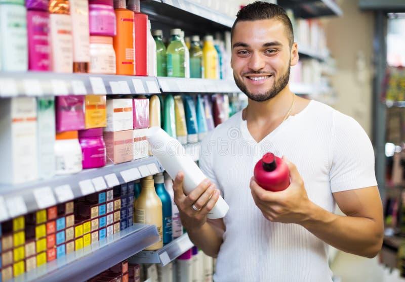 Шампунь человека покупая стоковые фото