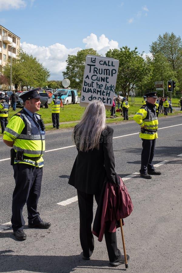 Шаннон, Ирландия, июнь 5, 2019: Анти- протестующий козыря со стойками знака близко к полиции, Garda во время протеста против Truu стоковая фотография