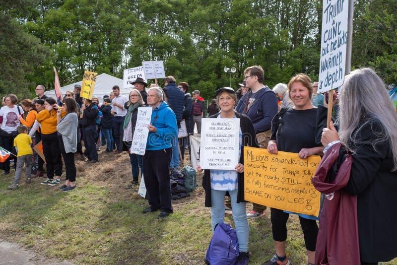 Шаннон, Ирландия, июнь 5, 2019: Группа в составе протестующие с плакатами протестуя против посещения Дональд Трамп в аэропорте Ша стоковая фотография rf