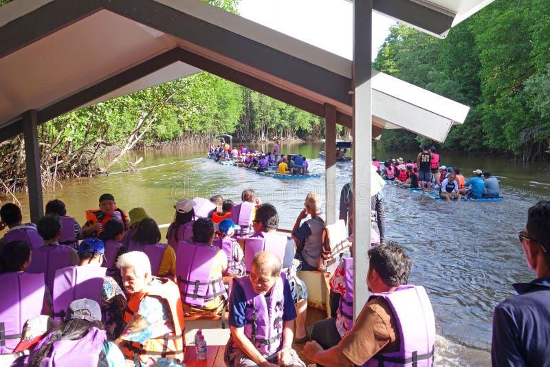 ШАНТАБУРИ ЛАЕМ СИН, ТАИЛАНД - 26 ИЮЛЯ 2019 ГОДА Туристы, плавающие на трубе  стоковые изображения