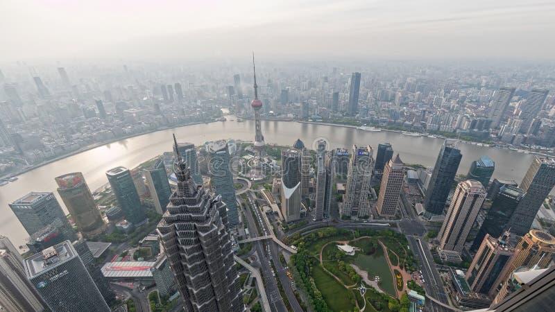 Шанхай, Китай - 18-ое апреля 2019: вид с воздуха известных ориентиров в Пудуне, Реке Huangpu и небоскребах стоковое фото