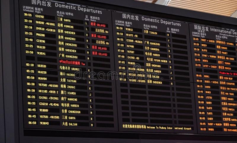 Шанхай, Китай - 22-ое февраля 2019: Доска расписания показывая данные по полета в зале отклонения Шанхая Пудуна стоковое фото rf