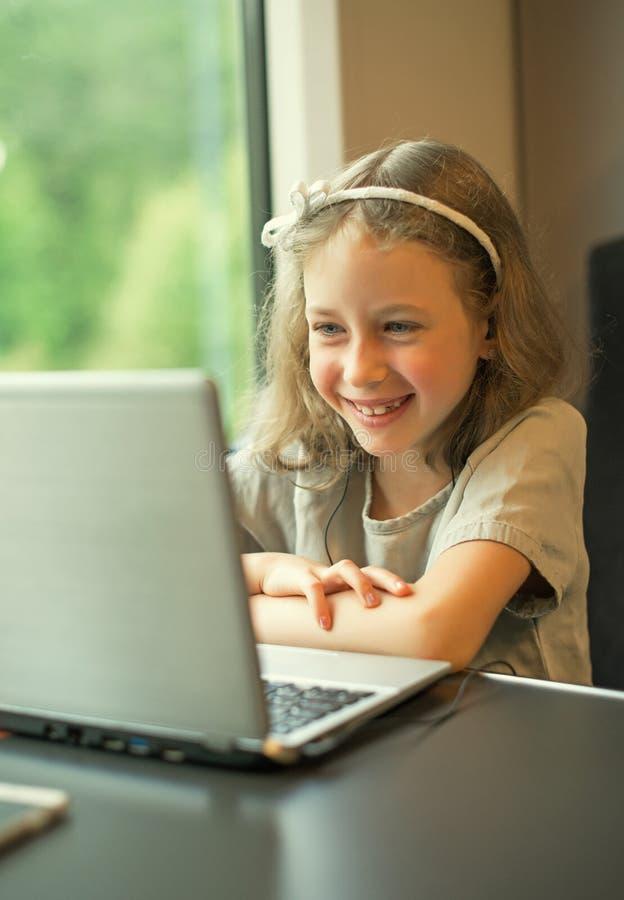 Шарж маленькой девочки наблюдая стоковые изображения