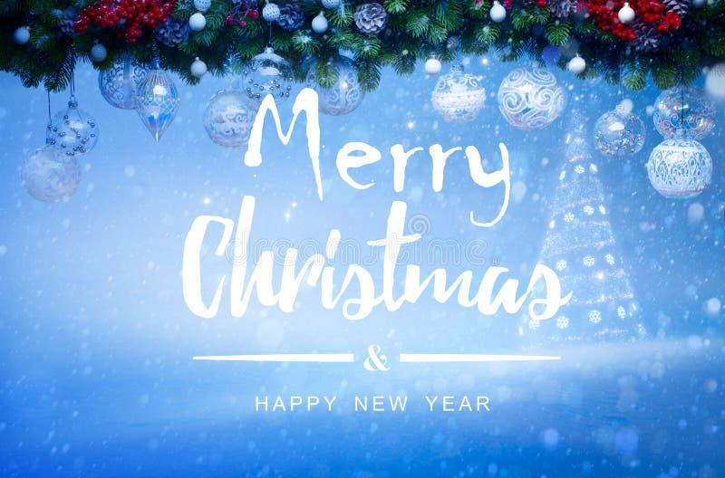 Шарики белого рождества вися с елью Snowy разветвляют и строка стоковая фотография rf