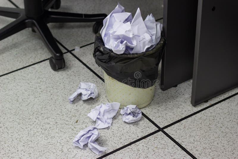 Шарики белой бумаги в погань в офисе работы стоковая фотография rf