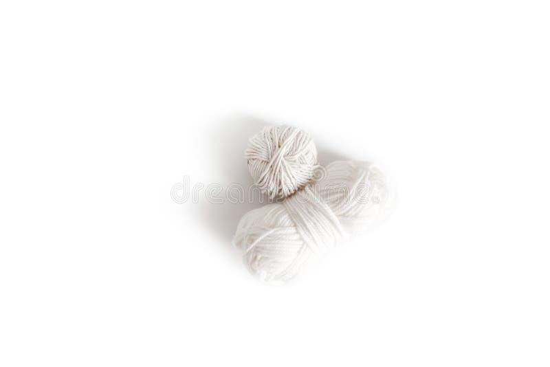 Шарики белой пряжи Изолированное пасмо логотипа boho шерстей Космос для текста стоковые фото