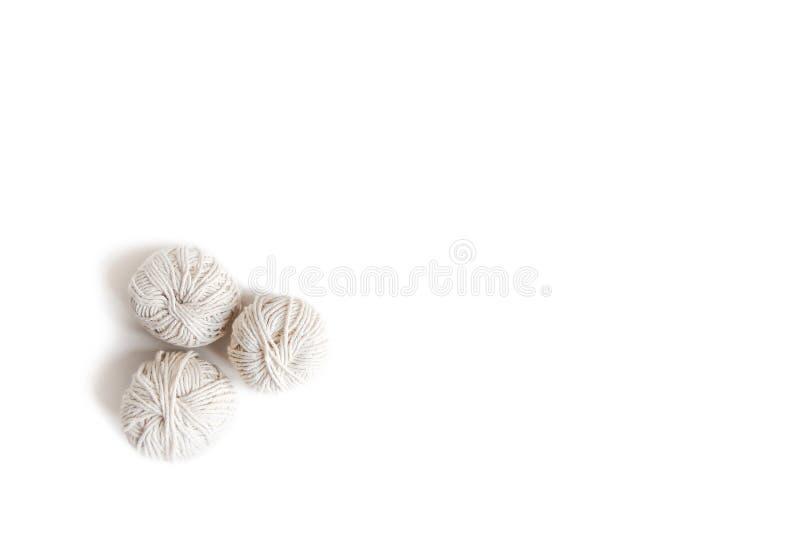 Шарики белой пряжи Изолированное пасмо логотипа boho шерстей Космос для текста стоковая фотография