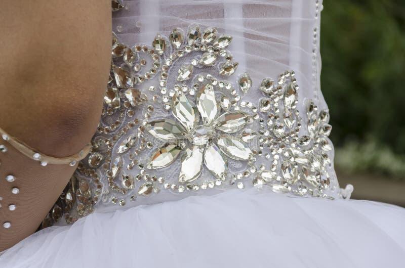 Шарики в форме цветка Часть белого платья свадьбы стоковое изображение rf