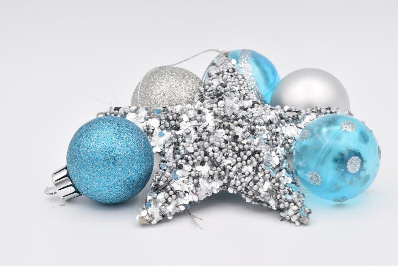 Шарики голубого и белого рождества на белой предпосылке стоковые изображения