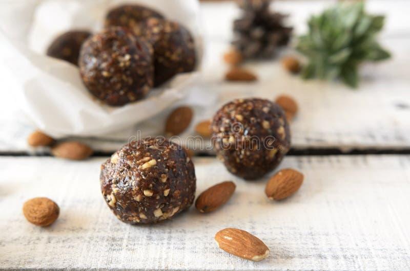 Шарики какао миндалины Vegan сладостные очень вкусные здоровые и вкусная еда стоковое изображение