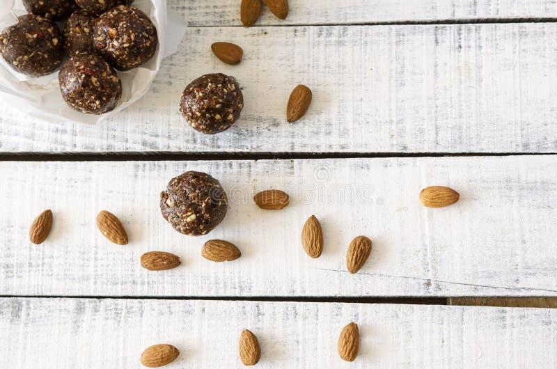 Шарики какао миндалины Vegan сладостные очень вкусные здоровые и вкусная еда стоковая фотография