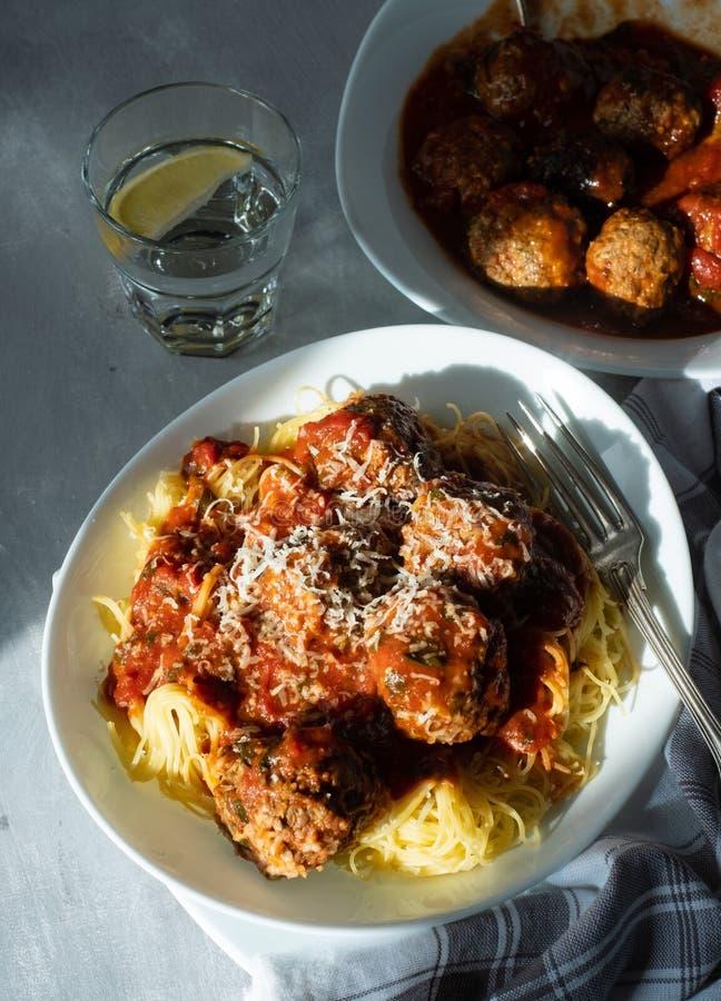Шарики мяса с макаронными изделиями в томатном соусе стоковое фото rf