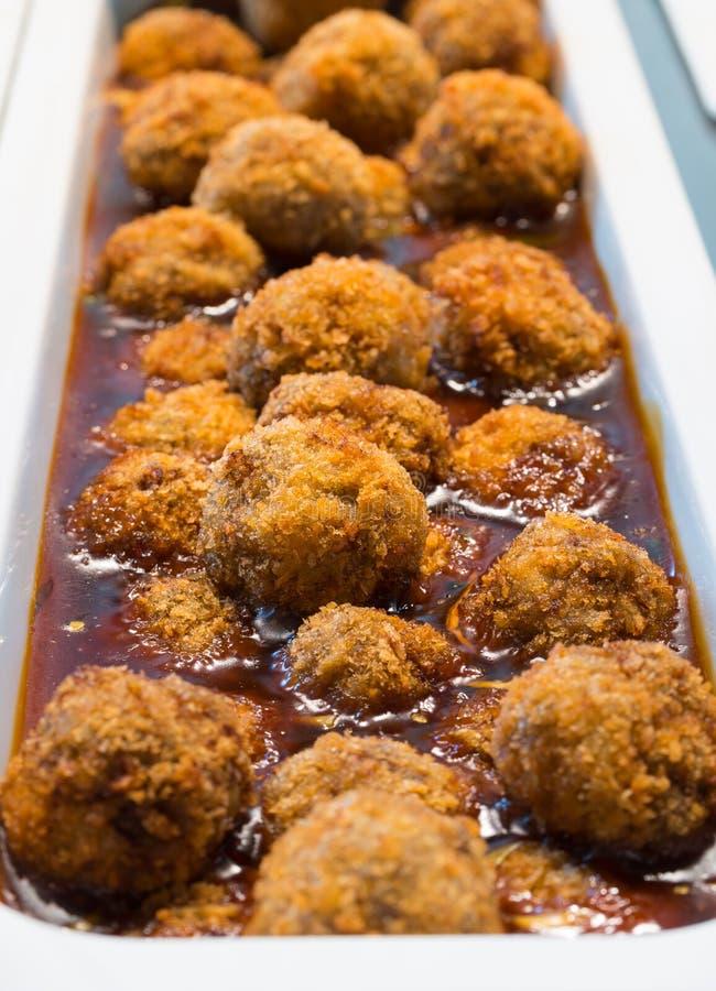 Шарики мяса с соусом, открытым меню шведского стола, предприятием общественного питания стоковые фото