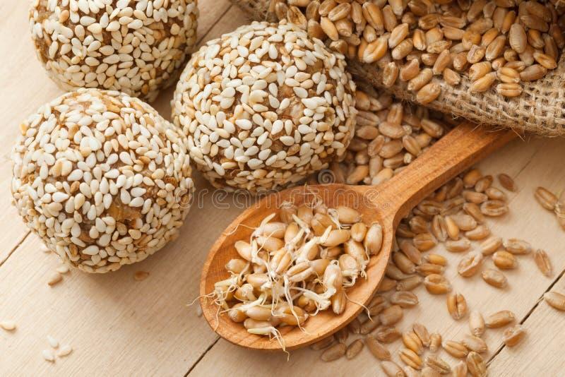 Шарики от земных ростков пшеницы стоковая фотография rf