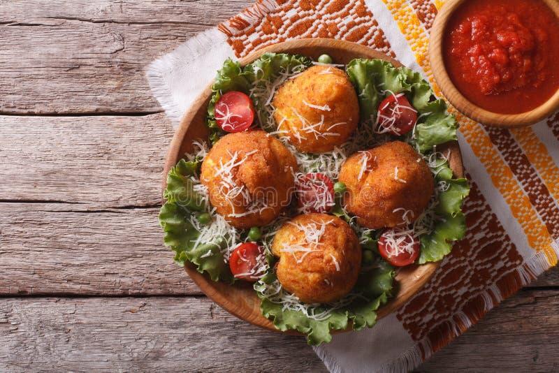 Шарики риса Arancini заполненные с мясом и соусом горизонтальная верхняя часть стоковое изображение rf