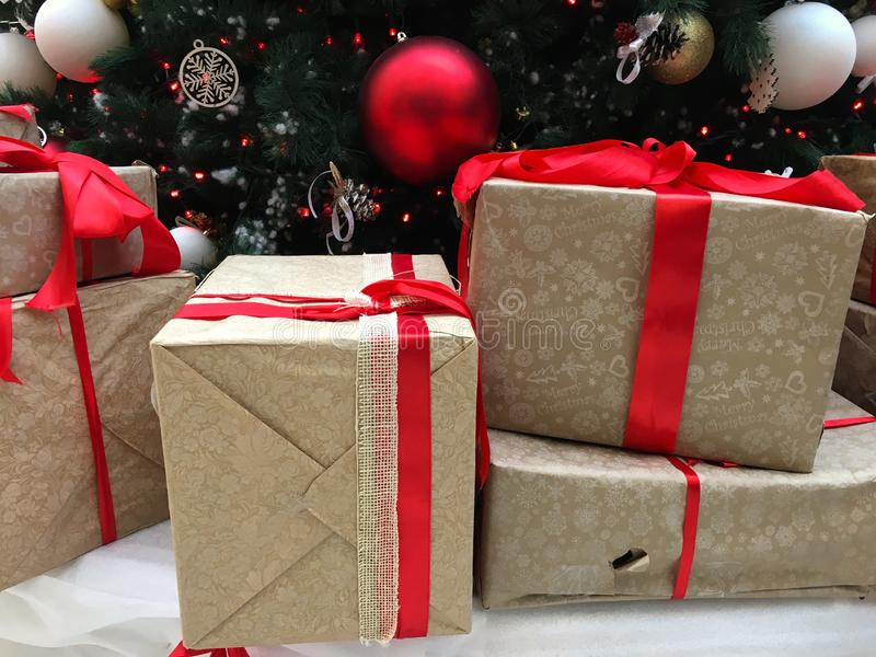 Шарики рождества на рождественской елке с предпосылкой зимних отдыхов подарков рождества стоковое изображение rf