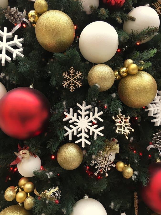 Шарики рождества снежинок золотые на предпосылке рождества рождественской елки стоковая фотография rf