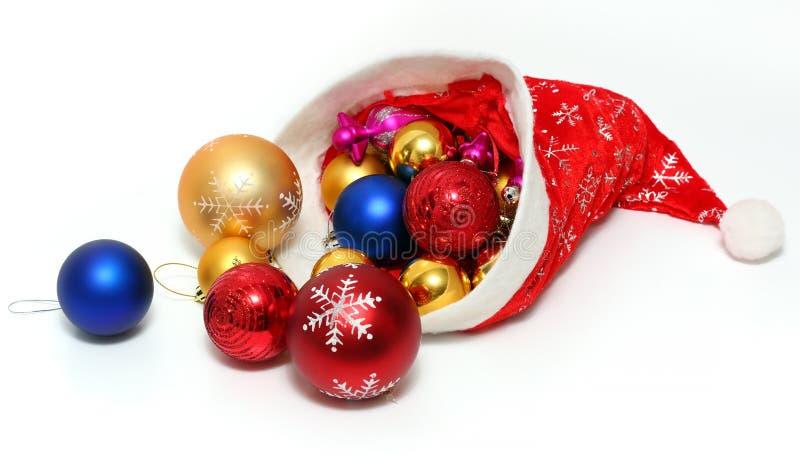 Шарики рождества, игрушки в красной шляпе Санта Клауса стоковое изображение rf