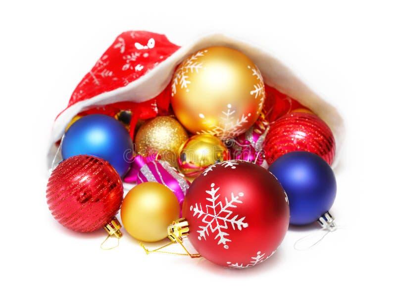 Шарики рождества, игрушки в красной шляпе Санта Клауса стоковая фотография rf