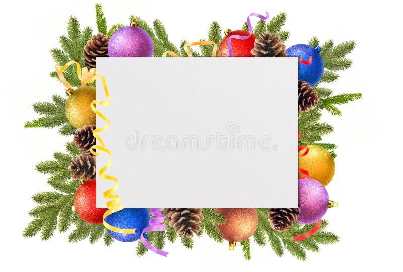 шарики рождества, конусы сосны, ветви ели и чистый лист бумаги стоковое изображение
