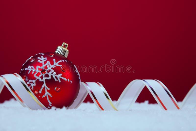 Шарики рождества над красной предпосылкой стоковые фото