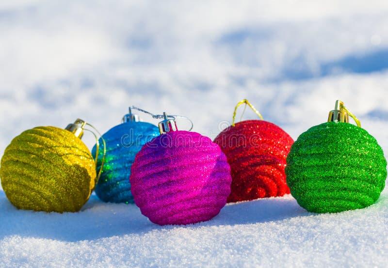 Шарики рождества на снеге стоковые изображения