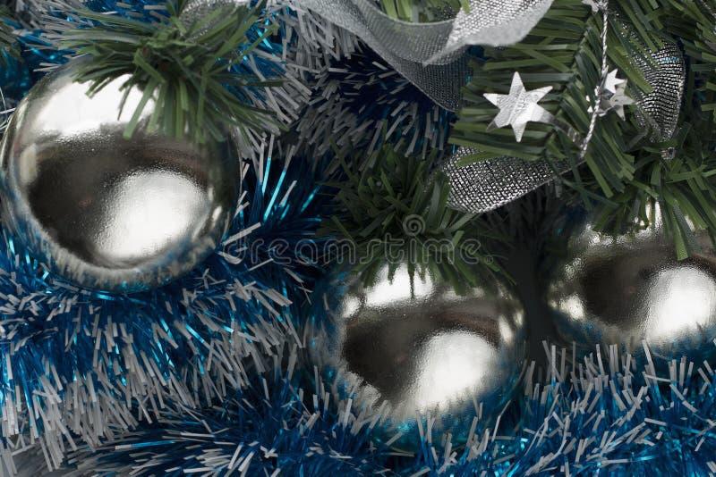 Шарики украшения рождества в серебряном цвете и голубой сусали стоковые изображения rf