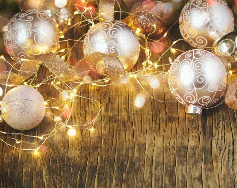 Шарики украшения рождественской елки стеклянные и светлая гирлянда над деревенской деревянной предпосылкой стоковая фотография rf