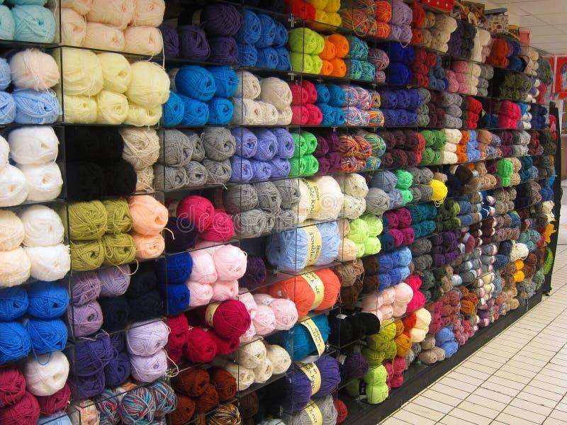 Шарики шерстей или пряжи в магазине. стоковые фото